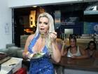 Veridiana Freitas deixa dieta de lado em feijoada na quadra da Rocinha