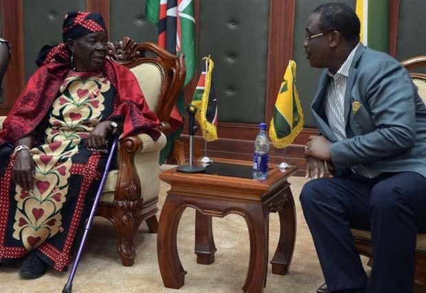 Mama Sarah, 'avó' do presidente Obama, conversa com o governador de Nairobi nesta sexta-feira (3) (Foto: AFP PHOTO/SIMON MAINA)