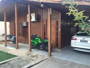 Foram apreendidas carros de luxo e motos esportivas (Foto: Divulgação / Ministério Público)