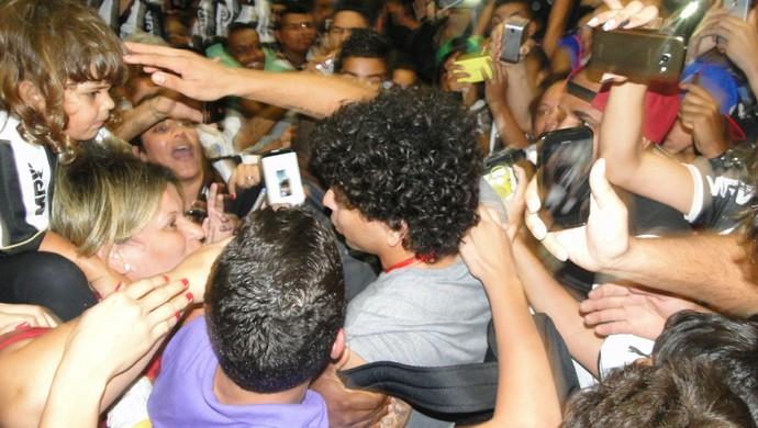 Luan é recebido por torcedores do Atlético-MG (Foto: Léo Simonini)