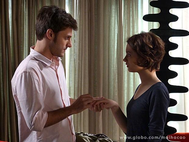 Martin chega à conclusão de que é melhor dar o anel a Micaela (Foto: Malhação / TV Globo)