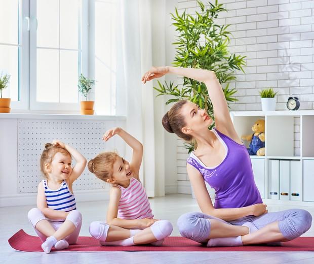 Dê o exemplo: mãe pratica ioga com as filhas (Foto: Thinkstock)
