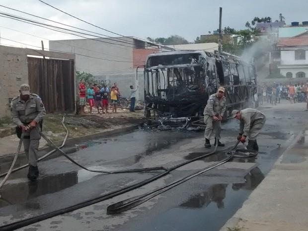 Bombeiros demoraram cerca de 50 minutos para controlar as chamas (Foto: Ariane Marques/G1)