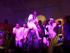 MC Nego do Borel faz 'chover' espumante em festa ostentação