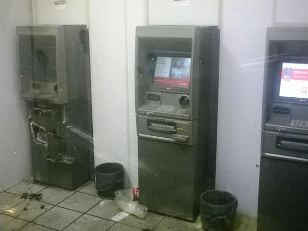 Caixa eletrônico foi arrombado com maçarico (Foto: Polícia Militar/Divulgação)