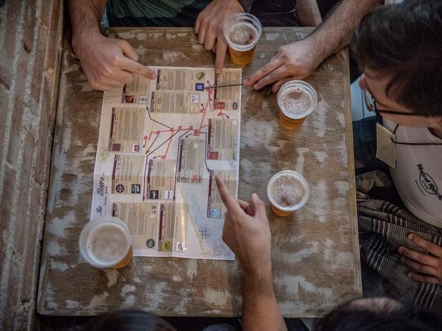 Participantes recebem mapa para ir aos bares (Foto: Munir Bucair/Arquivo pessoal)