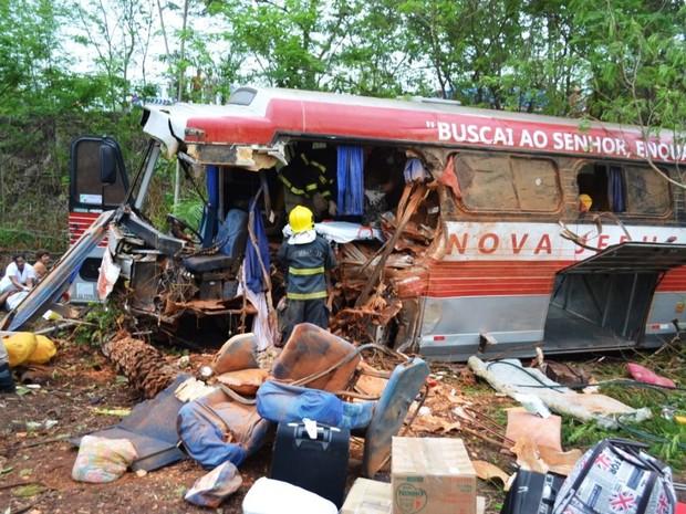 Ônibus ficou destruído após batida com caminhão (Foto: Ademir Rego/Divulgação)