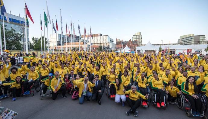 Atletas na cerimônia de hasteamento das bandeiras no Parapan de Toronto (Foto: Comitê Paralímpico Brasileiro)