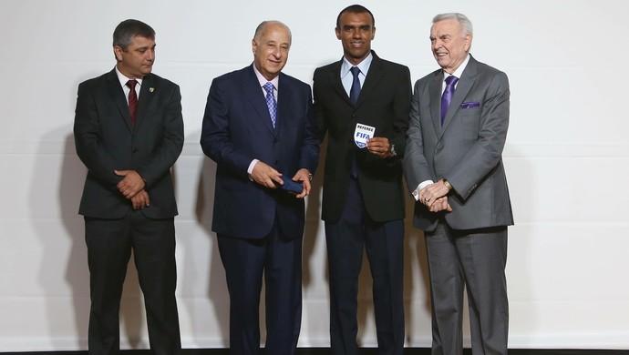 Dewson Fernando Freitas recebeu a insígnia da Fifa das mãos do presidente da CFB, José Maria Marin (Foto: Rafael Ribeiro/CBF)