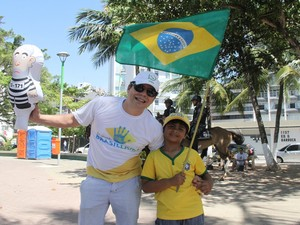 Sivaldo Rios e o filho participam de manifestação em prol do impeacheament em Maceió (Foto: Waldson Costa / G1)