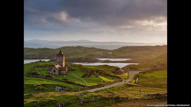 Esta igreja do século 15 na ilha escocesa de Lewis foi construída pelo clã dos MacLeods (Foto: Jim Richardson/National Geographic/via BBC)