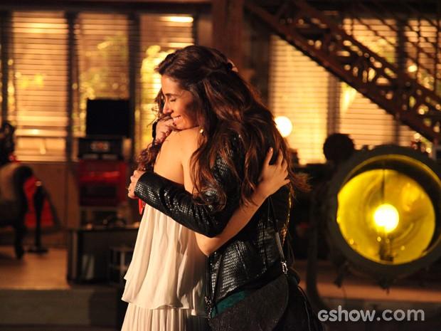 Clara e Marina se abraçam, apaixonadas (Foto: Carol Caminha / TV Globo)