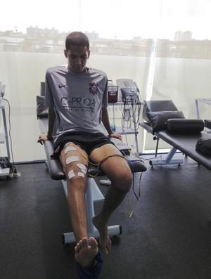 Romulo durante sessão de fisioterapia para recuperação de lesão no joelho  (Foto: Divulgação/Fair Play Assessoria)