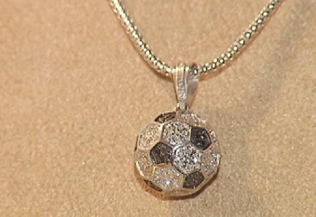 Pingente de bola de futebol é cravejado de diamantes (Foto: Reprodução / TV TEM)
