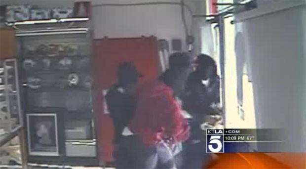Os ladrões brigam para sair da loja quando a dona, uma idosa de 65 anos, dispara dois tiros, sem machucar ninguém (Foto: Reprodução/KTLA)