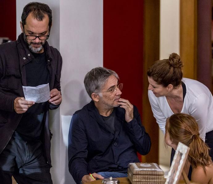 Débora Bloch conversa com o preparador de elenco Chico Accioly, enquanto o diretor artístico José Luiz Villamarim lê a cena nos bastidores da gravação (Foto: Ellen Soares/Gshow)