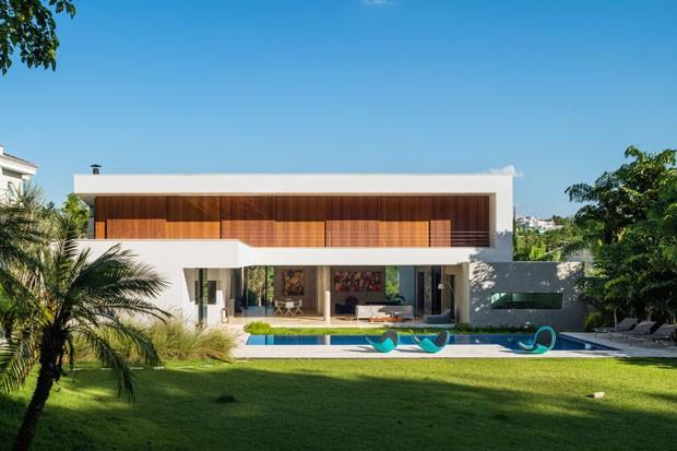 Linhas retas e formas minimalistas em casa cercada pela paisagem (Foto: Nelson Kon)