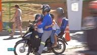 Pais desrespeitam regras de segurança ao transportar crianças em motos