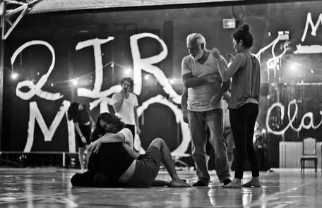 Eliane Giardini abraça Cauã, que será seu filho na terceira fase. Fagundes e Bruna participam da cena Leandro Pagliaro