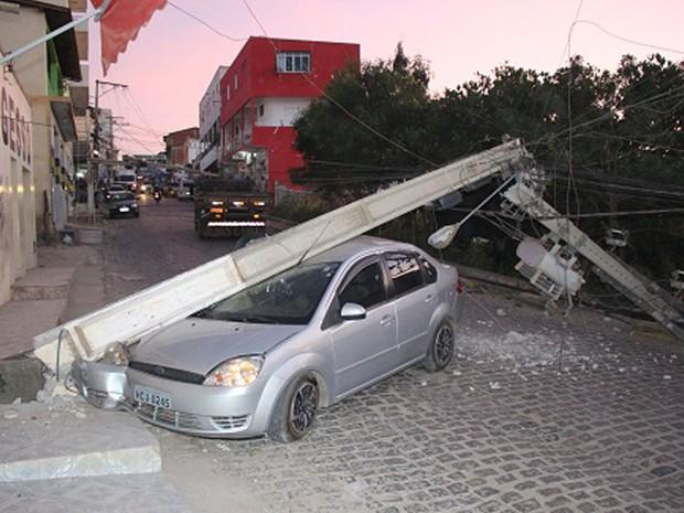 Dois postes de energia foram danificados após acidente no centro de Jaguaquarax, sudoeste do estado, na tarde de quarta-feira (11). Segundo a Polícia Militar, uma mulher dirigia o carro que bateu nos equipamentos, por volta das 17h30. Não há informações sobre feridos e o motivo do acidente. (Foto: Blog Marcos Frahm