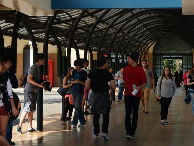 Alunos saem da prova da Unicamp no Liceu Salesiano (Foto: Luciano Calafiori/G1)