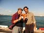 Tiago Abravanel e Domingos Montagner posam com os famosos pretzels vendidos na Turquia (Foto: TV Globo / João Miguel Júnior)