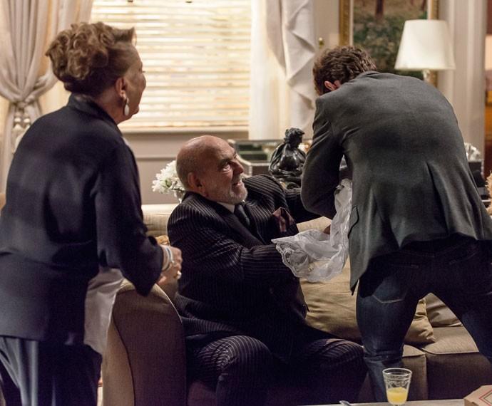 O arquiteto tira logo a filha dos braços do mafioso (Foto: Artur Meninea/Gshow)