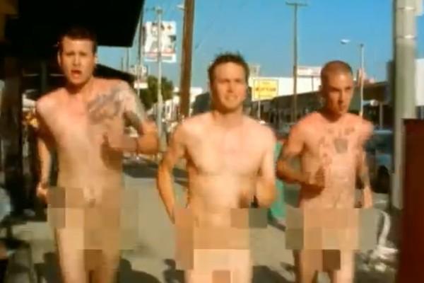 O clipe de 'What's My Age Again?' é assim: três integrantes do Blink 182 correndo pelados por aí (Foto: Reprodução)