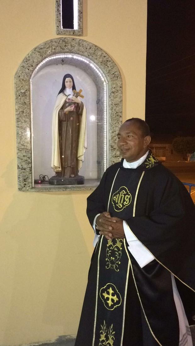 O padre Cícero cheganda na igreja (Foto: Arquivo Pessoal)