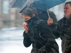 Depois da passagem da tempestade Sandy, Nova York sofre com neve e vento nesta quarta-feira (7) (Foto: Brendan McDermid/Reuters)