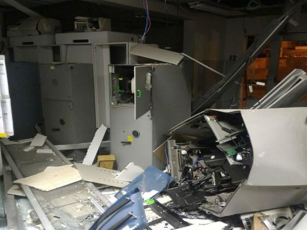 Bandidos explodiram caixas eletrônicos de Agência bancária da cidade de Iaçu, na Bahia (Foto: Portal Itaberaba Repórter)