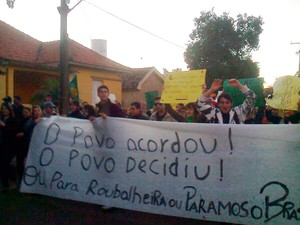 Manifestantes protestam em São Borja (Foto: Reprodução/RBS TV)