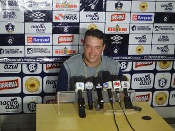 Roberto Fernandes foi apresentado oficialmente como técnico do Remo (Foto: Gustavo Pêna)
