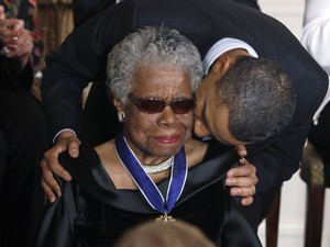 A poeta Maya Angelou recebe Presidential Medal of Freedom, a mais alta condecoração civil americana, das mãos de Barack Obama, na Casa Branca, em cerimônia no dia 15 de fevereiro de 2011 (Foto: Larry Downing/Reuters)