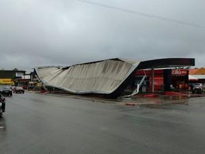 Em Campina Grande, teto de posto caiu no Alto Branco (Foto: Gustavo Xavier/G1)