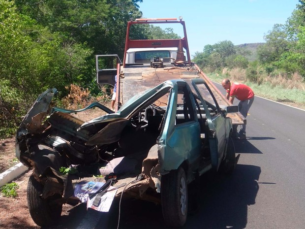 Carro envolvido em acidente na BR-135, em Barreiras, ficou destruído (Foto: Blog do Sigi Vilares)