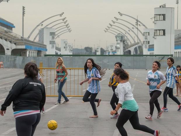 51e4473dd8 Torcedores argentinos no Sambódromo do Anhembi (Foto  Daniel Teixeira    Estadão Conteúdo)