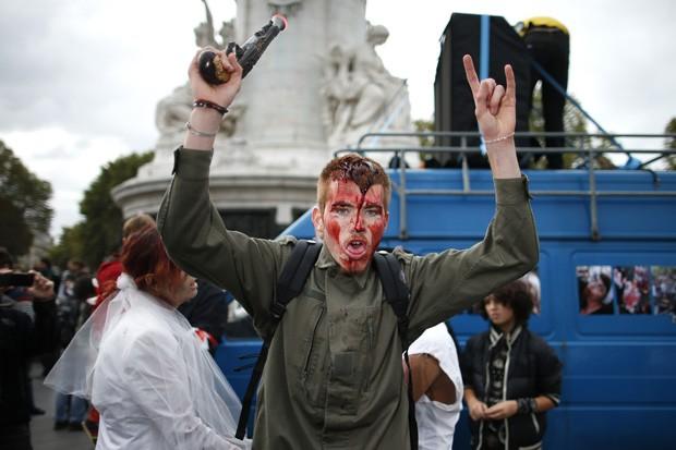 Dezenas de jovens caminharam pelas ruas de Paris cobertos de sangue e maquiagem (Foto: Benoit Tessier/Reuters)