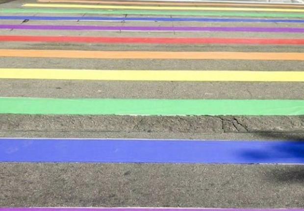 Faixa de pedestres na Avenida Paulista é pintada com as cores do arco-íris em celebração da 21 Parada LGBT em São Paulo (Foto: Reprodução/Twitter)