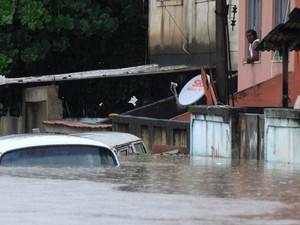 Temporal provocou enchente no Parque Columbia, na Pavuna, Zona Norte do Rio de Janeiro. Muitos moradores ficaram ilhados em suas casas (Foto: Thiago Lara/Agência O Dia/Estadão Conteúdo)