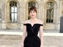 Dakota Johnson, de '50 tons de cinza', vai a desfile na semana de Paris