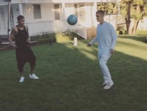 Neymar e Justin Bieber jogam altinha na casa do cantor, em Los Angeles (Foto: Reproduo/Instagram)