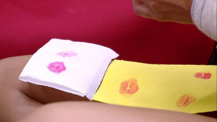 Beijinhos carimbados em guardanapos por Emilly (Foto: TV Globo)