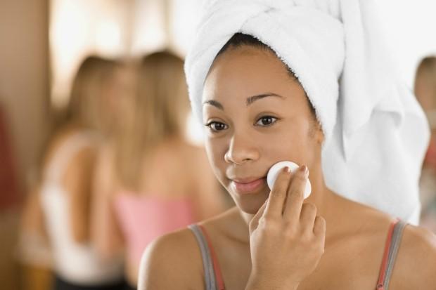 A pele precisa de férias da maquiagem? Dermatologista esclarece dúvidas