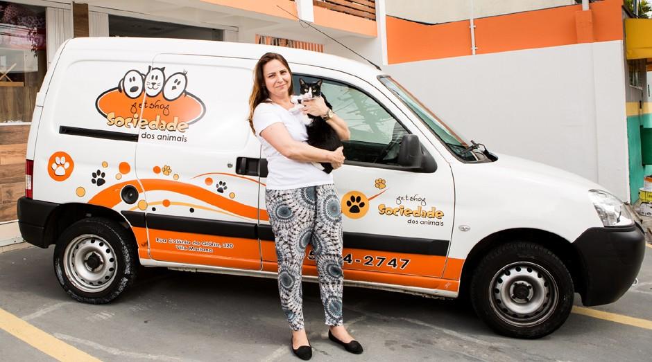 Dona da Sociedade dos Animais usa seu Peugeot Partner nos negócios e em casa  (Foto:  Marcus Steinmeyer)