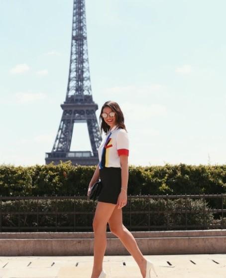 A atriz fez pose em pontos turísticos da capital francesa durante sua estada  (Foto: Divulgação)