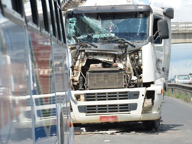 Três passageiros do ônibus ficaram feridas com as colisões e receberam atendimento do Samu  (Foto: Walter Paparazzo/G1)
