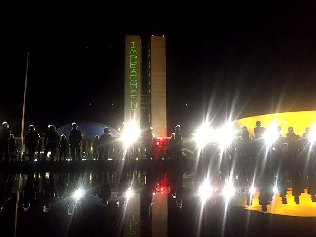 """Projeção da palavra """"impeachment"""" em torre do Congresso Nacional (Foto: Alexandre Bastos/G1)"""