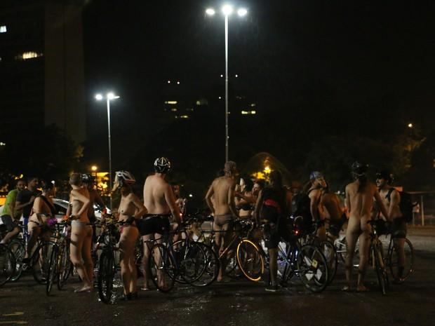 """Grupo faz """"Pedalada pelada"""", em Porto Alegre (Foto: Carolina Marquis/G1)"""