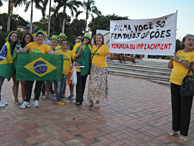 Mulheres mostram faixas pedindo a saída da presidente Dilma, nesta quarta-feira (23) (Foto: Aline Nascimento/G1)